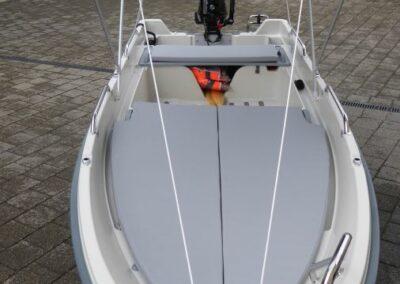 Terhi 400 Kleinboot mit aufgebautem Sonnendach
