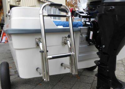 Terhi 400 Kleinboot mit Badeleiter zugeklappt