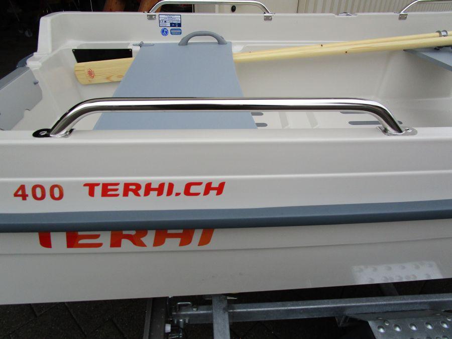 Terhi 400 Kleinboot mit montiertem Haltebügel