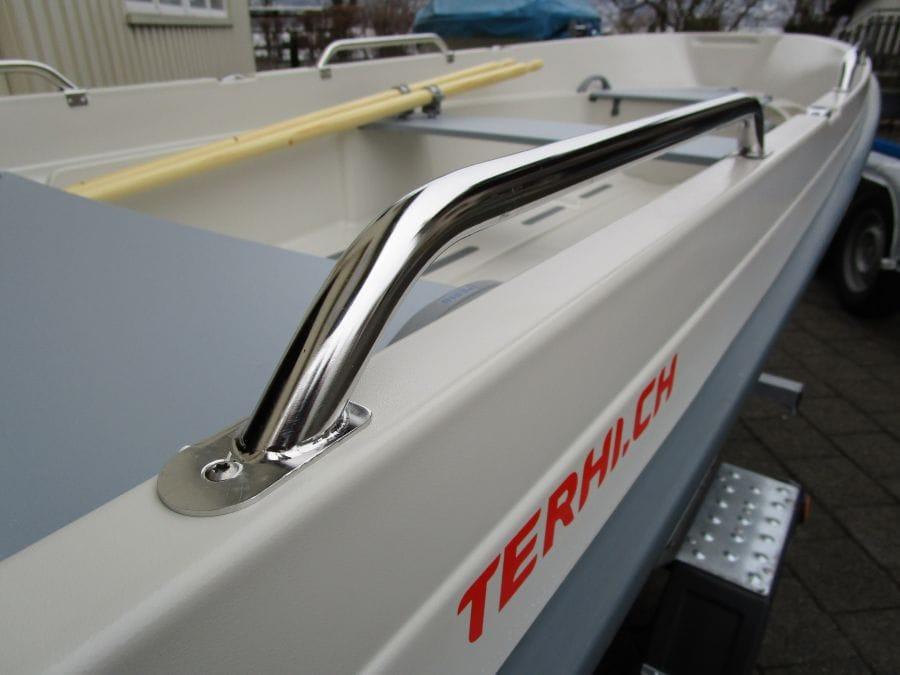 Terhi 400 Kleinboot mit montiertem Seitenreling