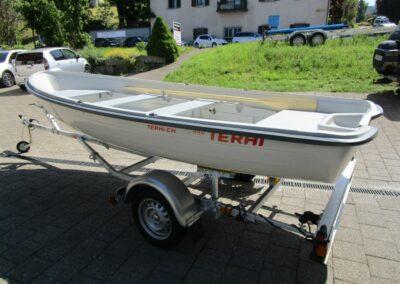 Terhi 440 Ruderboot auf Anhänger