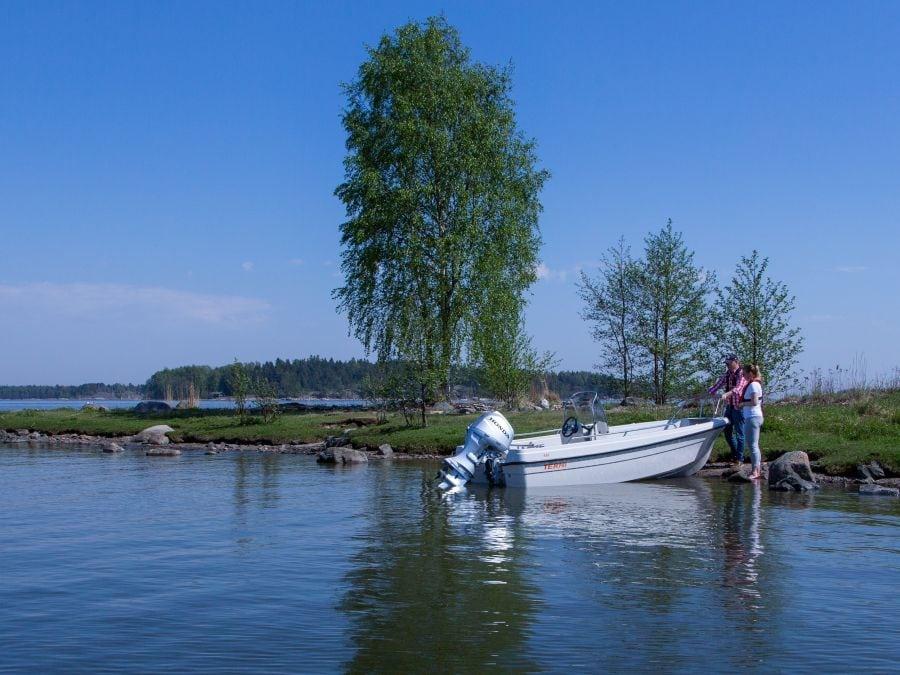 Terhi 450 CC Motorboot angelegt am Ufer