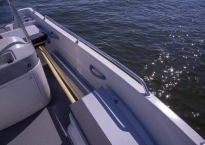 Terhi 450 CC Motorboot - Haltegriff und Ruderverstauung