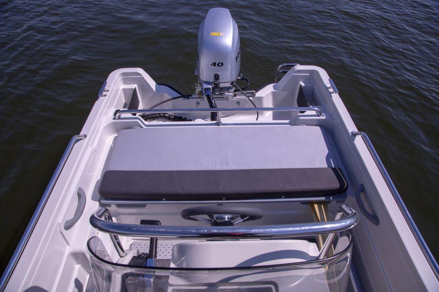 Terhi 450 CC Motorboot - Ansicht Aussenborder und Sitzfläche