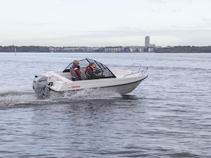 Terhi 480 BR Familienboot in voller Fahrt