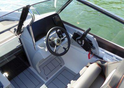 Steuerstand und Cockpit Motorboot Terhi