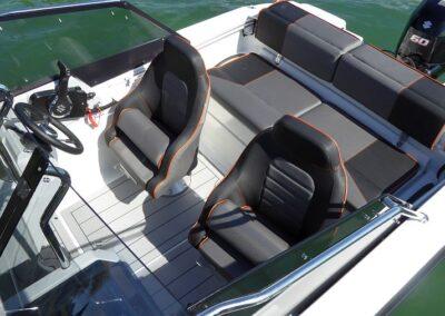 Sportsitze Terhi 480 Boot im Cockpit mit Laminatboden