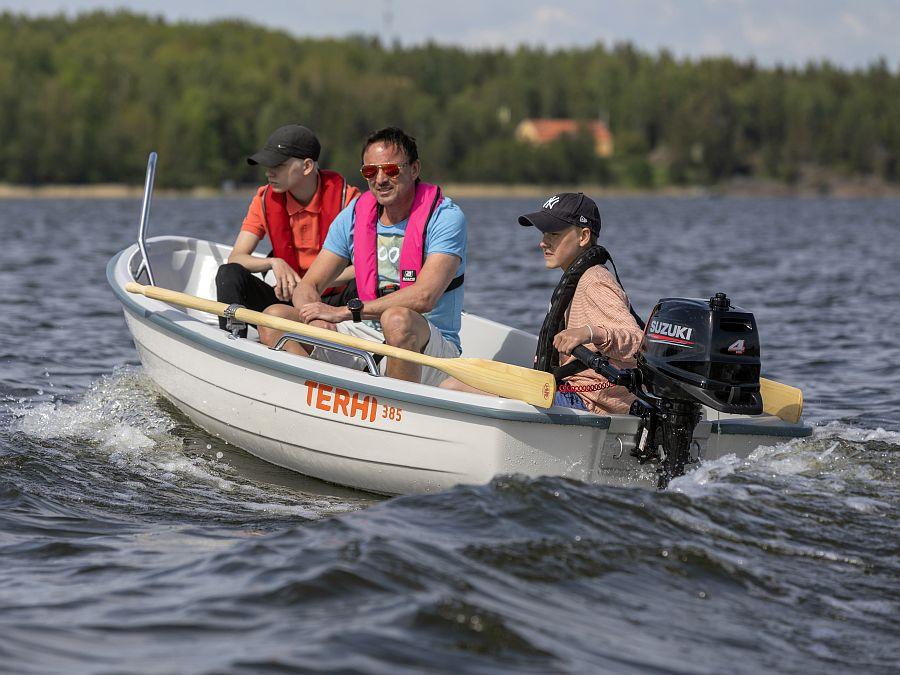 Mit dem Terhi 385 auf dem See mit Suzuki-Motor