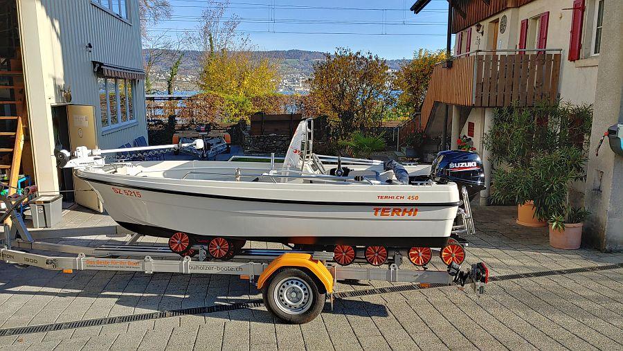 Terhi 450C als Fischerboot bereit mit 30 Ps Suzuki und Minnkota Bugmotor Riptide