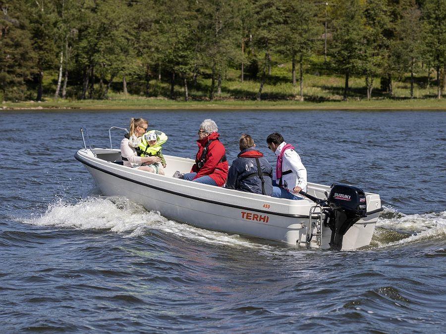 Terhi 450 Familienboot mit Pinnensteuerung